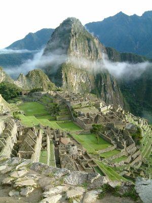 Machu Picchu  - Pérou  - 15e siècle  - Ville construite par les Incas dans la cordillère des Andes (chaîne de montagnes longeant la côte ouest de l'Amérique du Sud), à plus de 2 000 m d'altitude.