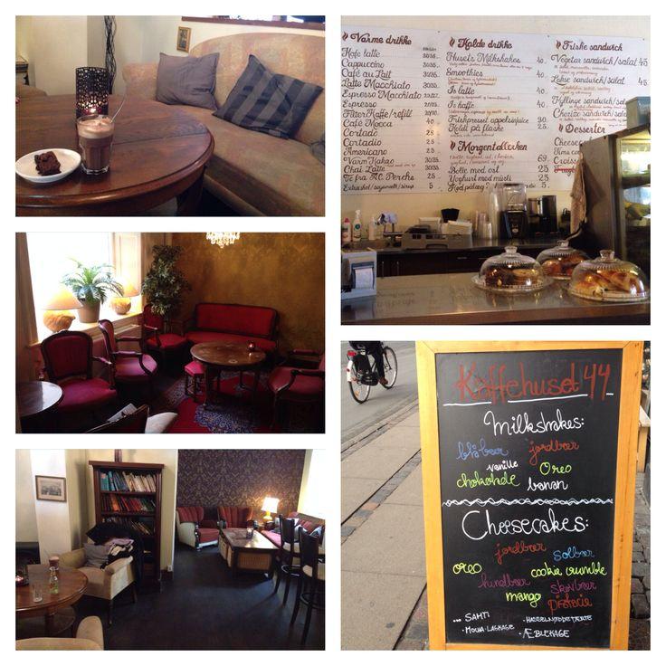 Kaffehuset 44. 3 områder med bløde sofaer og lænestole. I rummet mod Nørrebrogade er der alm. Cafeborde. Udvalget er alt fra lækre kager, smooties og kakao til sandwich og kaffe.