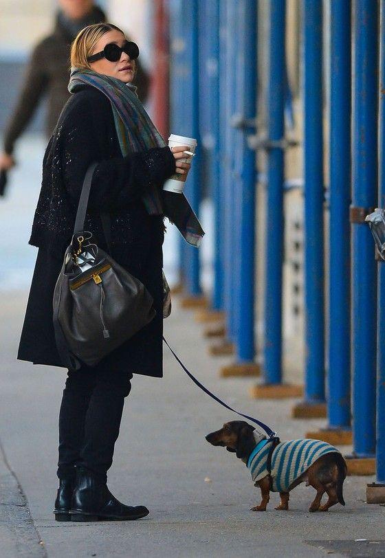 Ashley Olsen w szerokim płaszczu i sztybletach  Podobny model butów: http://www.intershoe.com.pl/sztyblety-4370069d