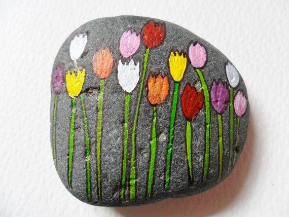 Tulipes printemps - presse-papiers - miniature acrylique peinture sur un galet de plage grand peint à la main