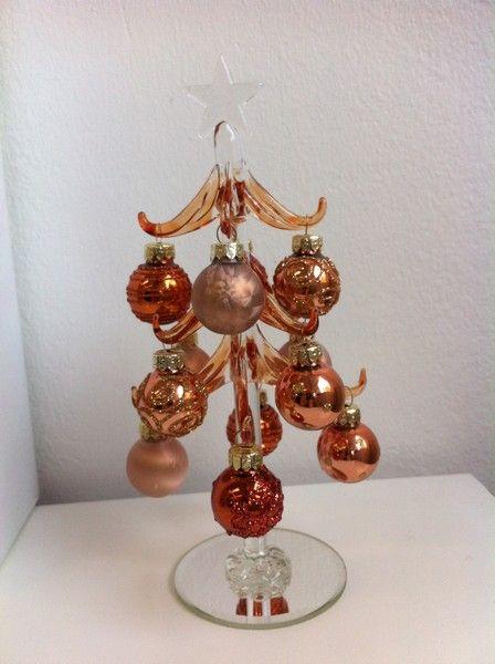 Glas gran med småkulor i guld och koppar. www.home-design.se #glasgran #koppargran #julpynt #juldekoration