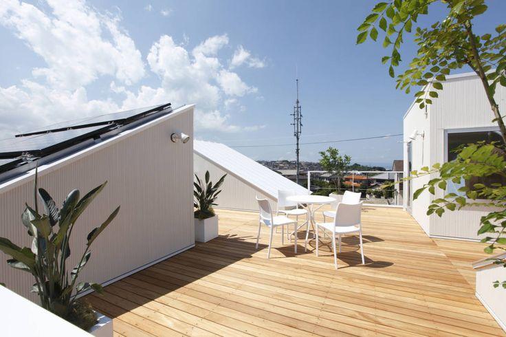 ルーフテラスとは一戸建て住宅などの屋根を平坦に作り、屋上として利用するもの。また、マンションなどで階下住戸の屋根部分を利…
