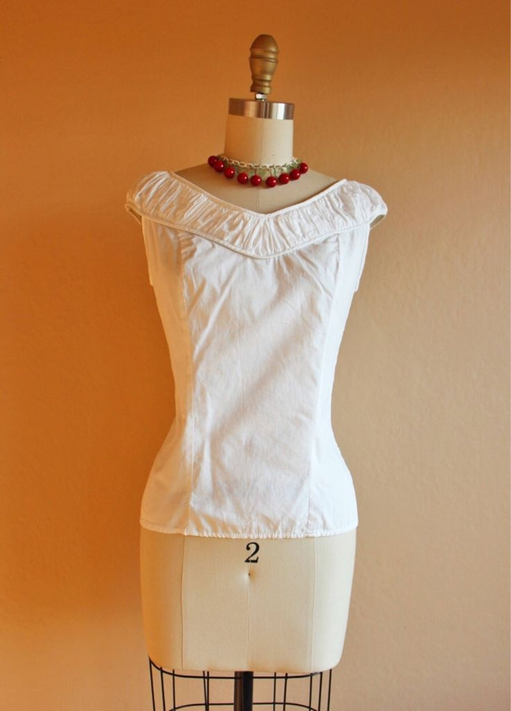 Un preferito personale dal mio negozio Etsy https://www.etsy.com/it/listing/536356556/vintage-1950-blouse-white-cotton-top
