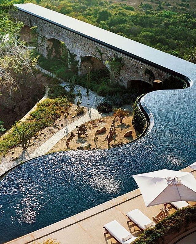 Olha só essa piscina de borda infinita! ❤️/  Look this Infinity edge pool! ❤️/  Mira esta piscina de borde infinito! ❤️