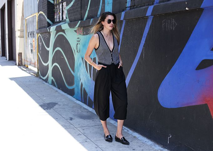 I wear a ton of high neck tops, but every once and a while I like to switch it up with a plunging neckline. #f21 #culottes #tank #thrifted #forever21 #lowcut