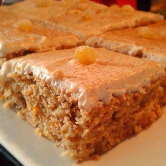 Applecake   Traducido: Queque de Manzana.    Una creacion unica de Gabriela's Sweets, tiene la misma textura iresistible del Carrot Cake, pero a base de manzanas y canela, dandole una sabor mas tibio, con una capa de queso crema dulce y caramelo.   $20.000 por 16 porciones.