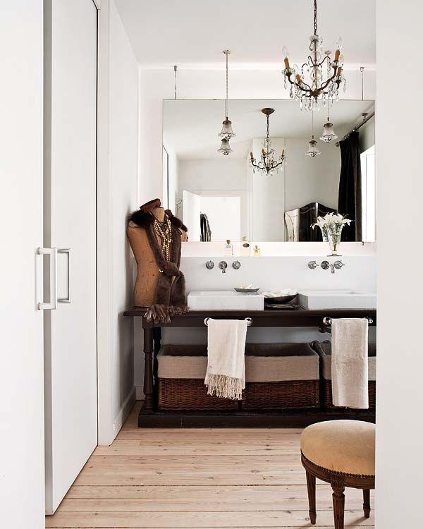 baño con araña techo antigua mueble de baño mesa madera antigua