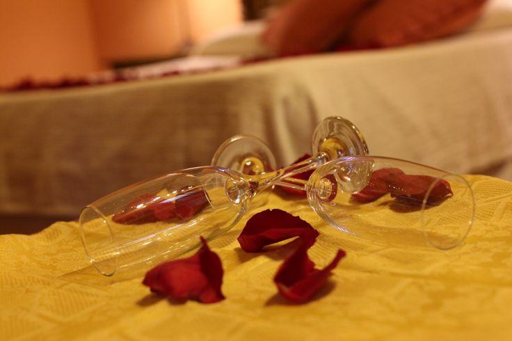 Detalle de copas y pétalos de rosas...