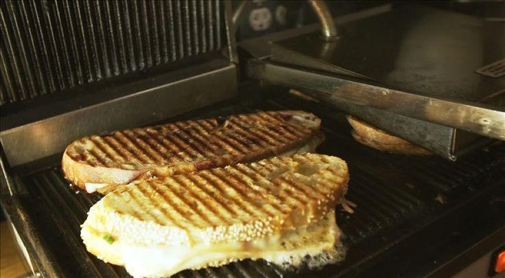 On peut s'amuser avec le grilled cheese en variant les ingrédients qui le composent : fromages, fruits, légumes, viandes, chutney ou autres produits inspirants! Le tout emprisonné entre deux tranches de pain savoureux cuit à la poêle, dans un presse sandwich ou sur le gril.