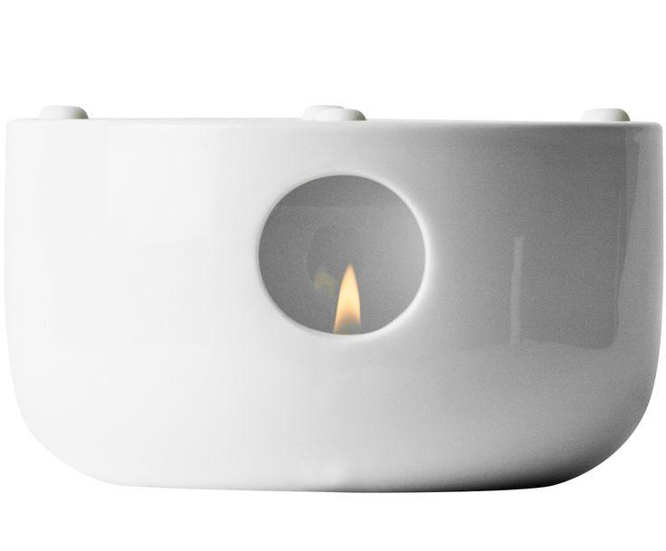 Zelebrieren Sie Ihre Teezeremonie – mit MENU. Stövchen KETTLE ist die perfekte Basis für die dazugehörige Teekanne KETTLE und hält Ihren Tee wunderbar warm. Das Porzellan-Stövchen überzeugt durch einfaches Design und hochwertiges Porzellan. Vier Silikonfüßchen auf dem Stövchen sorgen für optimalen Halt der Teekanne KETTLE. Überzeugen Sie sich von dem einfachen skandinavischen Design und genießen Sie sinnliche Stunden bei einer Kanne Tee.