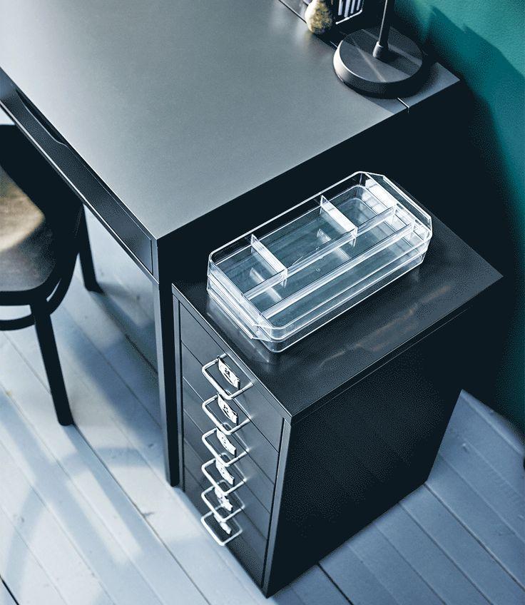 Caisson à tiroirs avec tiroir s'ouvrant pour révéler son contenu et organiseur IKEA GODMORGON posé dessus.