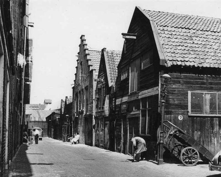 De Kleine Werf is een gerestaureerde, 200 jaar oude scheepswerf op het Prinseneiland, in het oudste gedeelte van Amsterdam. Het Prinseneiland maakt deel uit van de Westelijke Eilanden, waartoe ook het Bickerseiland en het Realeneiland behoren. Deze eilanden hebben een prominente rol gespeeld in de ontwikkeling van Amsterdam tot wereldhandelscentrum in de Gouden Eeuw.