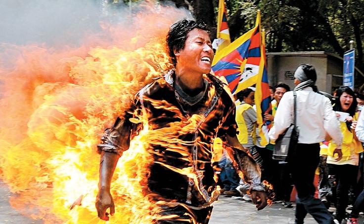 26 Mars 2012 -     L'exilé tibétain Janphel Yeshi, 27 ans, court dans les rues de New Delhi  après avoir volontairement mis le feu à ses vêtements au cours d'une manifestation  tenue hier contre la venue du président chinois, Hu Jintao, cette  semaine en Inde. Il se trouve à l'hôpital, mais ses chances de survie seraient  minimes. En novembre dernier, un autre homme avait tenté de  s'immoler dans la capitale indienne, à proximité de l'ambassade de Chine.