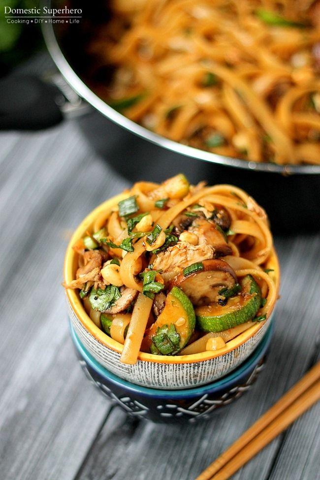 One Pot picantes fideos tailandeses - estos son tan bueno y tan fácil de cocinar.  Receta vegetariana pero las opciones para la proteína añadido también!