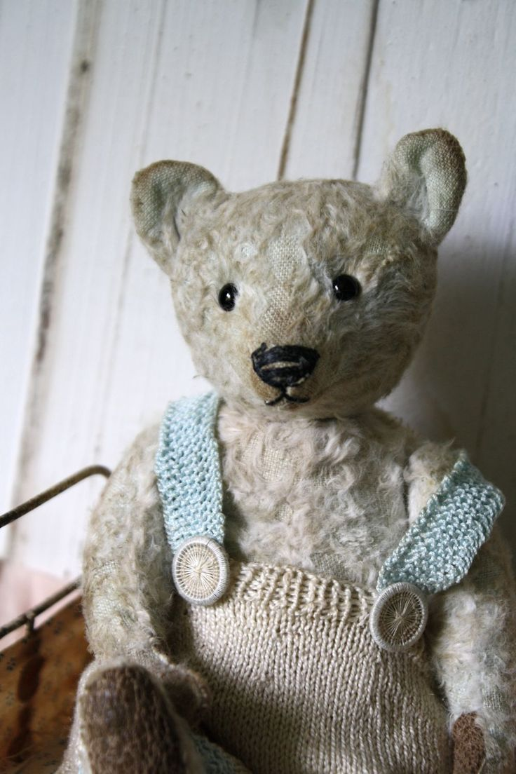 Hug Me Again collectible teddy bear by V. Galli. Traditional style and wel aged. via Hug Me Again Collectibles. Click on the image to see more!