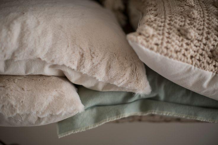 Almohadones piel y crochet