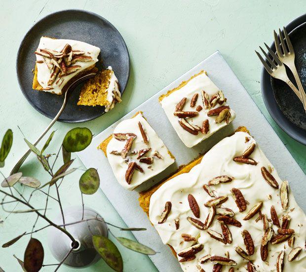 Græskarkage er en rigtig efterårskage, der er dejligt saftig og lidt kompakt på den gode måde. Top græskarkagen med cremet ostecreme.