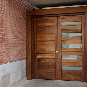 Puerta exterior combinada en madera y cristal translucido, de doble hoja. Diseños, colores y materiales a elección.
