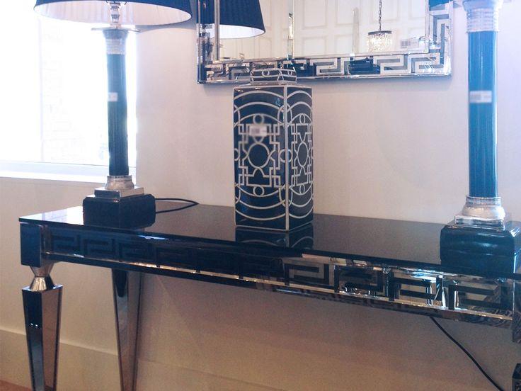 Konsollbord med bordplate i svart herdet glassMål: H: 760mm B: 1400mm D: 450mmArt nr: CE0272