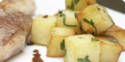 Klassieker onder de klassieker misschien, maar wat blijft dit een fijn gerecht! Aardappeltjes met lamskoteletten en rode port.