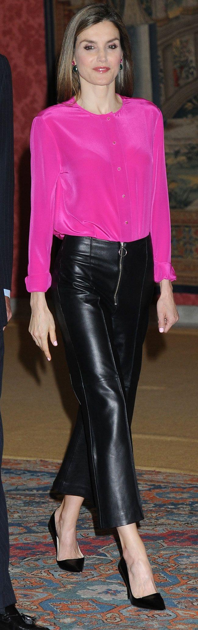 La Reina Letizia estrenó una nueva blusa de seda en color fucsia, para su reunión con los patronos de la Fundación Princesa de Asturias.