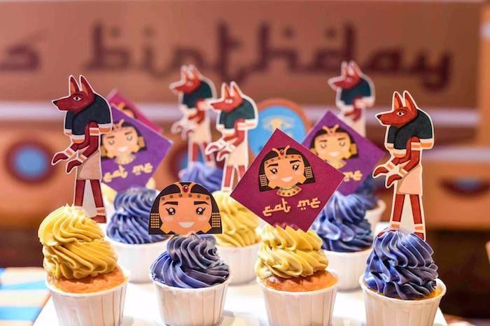Cupcakes em roxo e amarelo festa da Cleopatra