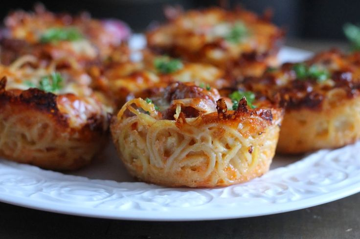 Mini Spaghetti Pie - 4 cups cooked = 8oz raw.......needs more noodles, has extra meat and cheese enough for maybe 10oz?