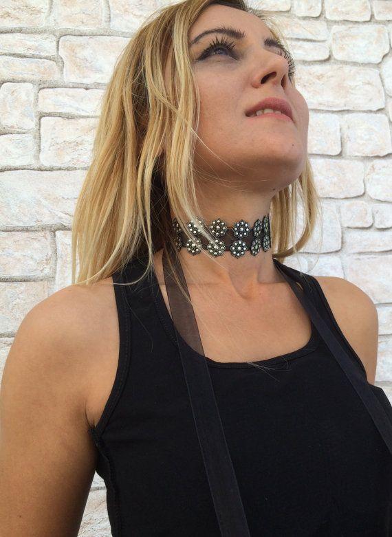 Flores plateados y negro brillante gargantilla collar, collar de la mujer gótica, perfecto para regalo! El collar está hecho de flores brillantes terminado con una cinta de organza negro. Gargantilla tipo de cuello, un poco gótica y elegante! Tamaño: longitud: unos 27 cm (10.5), 90 cm (35)(with ribbon) ancho: aprox. 4 cm (1.5) Otros collares de gargantilla declaración de mi tienda: https://www.etsy.com/shop/ReddApple?ref=l2-shopheader-name§ion_id=11165204 ----...