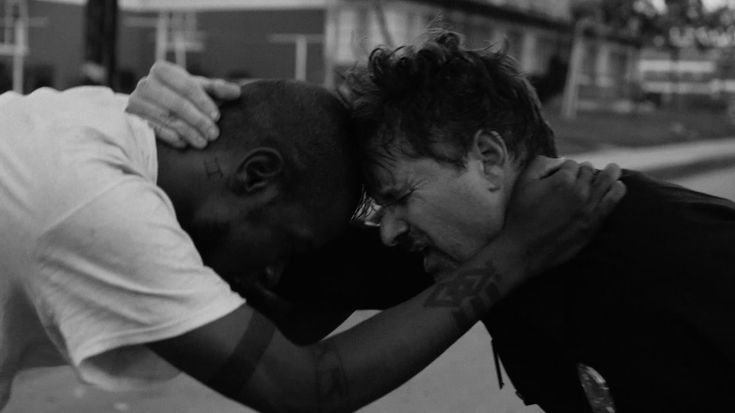 Overlooked videos: 2- Run The Jewels ft. Zack de la Rocha - Close Your Eyes (And Count To F). Policial e negro: olho a olho, dente a dente, sem arma, só humanos (A policeman and a black guy: eye to eye, teeth to teeth, no guns, only humans) (dir.: A. G. Rojas) (30/12)