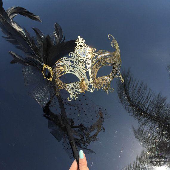 """Diosa de oro """"Gossip Girl"""" filigrana Metal mascarada veneciana máscara con palo de mano - adornos de pluma suave"""