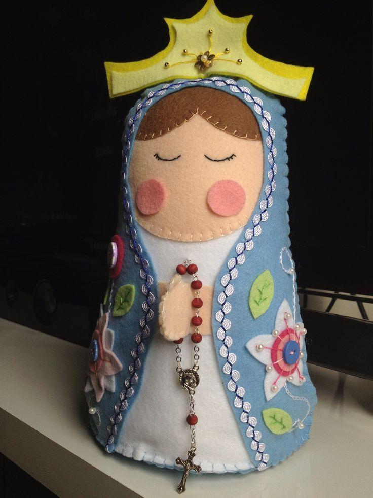 Nossa Senhora em feltro, bordada à mão. Créditos para a Chrys Altran que disponibiliza o molde para que qualquer pessoa possa fazer esse lindo trabalho. http://chrysartesanato.wordpress.com/2013/05/23/passo-a-passo-nossa-senhora-em-feltro/