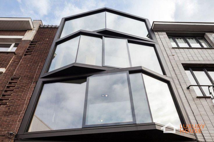 4-этажный дом с панорамными окнами  Внешний облик Abeel House предвосхищает впечатление от его интерьера. Рафинированные современные материалы, великолепные огромные окна, ориентированные под разными углами – все это выделяет данный проект среди других домов на улицах города Гент, Бельгия. Над проектом работали 2 талантливых архитектора — Steven Vandenborre и Mias Sys. Внутреннее убранство дома также достойно внимания. Ослепительно белое дерево и глянцевый черный декор создают комфортный…