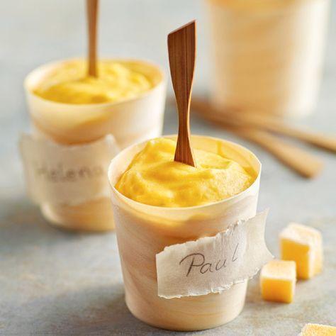 Durch das Vorgefrieren der Mangowürfel entstehen in den Früchten Eiskristalle; diese werden im Mixer zerkleinert, und das Eis wird cremiger.