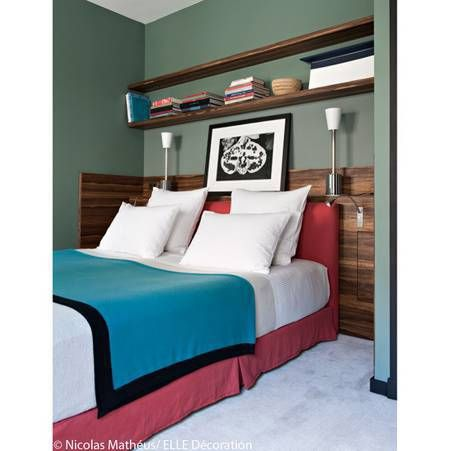 Idee deco n 16 une chambre avec une longue etagere au dessus de la tete de lit