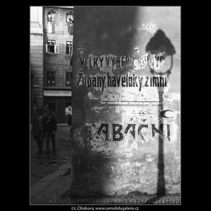 Staré firemní nápisy na zdi (2870) • Praha, květen 1964 • | černobílá fotografie, Karlova ulice, zeď, stín, lucerna |•|black and white photograph, Prague|