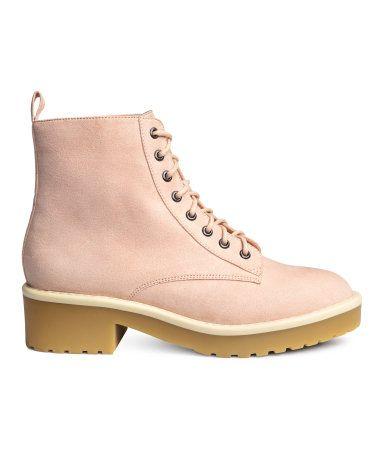 Check this out! Ankelhøje støvler med snørelukning. Strop bagtil. For i tekstil og indersål i imiteret læder. Kraftig ydersål i gummi. Plateau foran 2 cm, hæl 4,5 cm. – Gå ind på hm.com for at se mere.