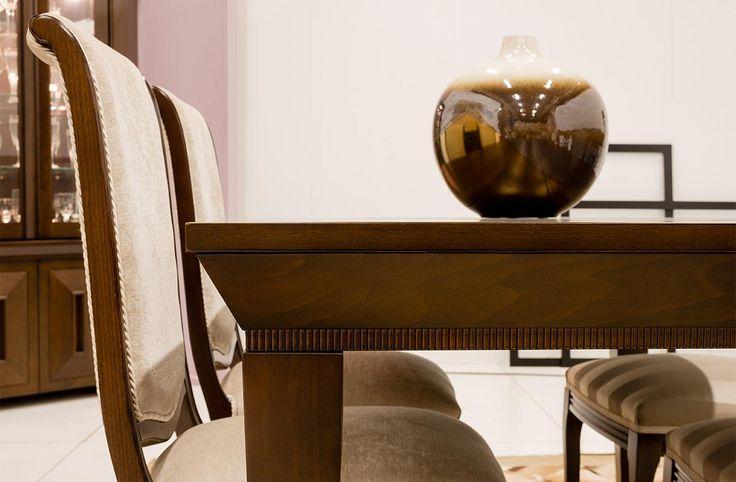 Σετ τραπεζαρίας κατασκευασμένο από φυσικό ξύλο δρυός και καρυδιάς που αποτελείται από:Τραπέζι διαστάσεων 1,60Χ0,90με δυο φύλλαπροέκτασης 45cm.Μπουφές διαστάσεων 2,00Χ,55Χ0,95Υ.