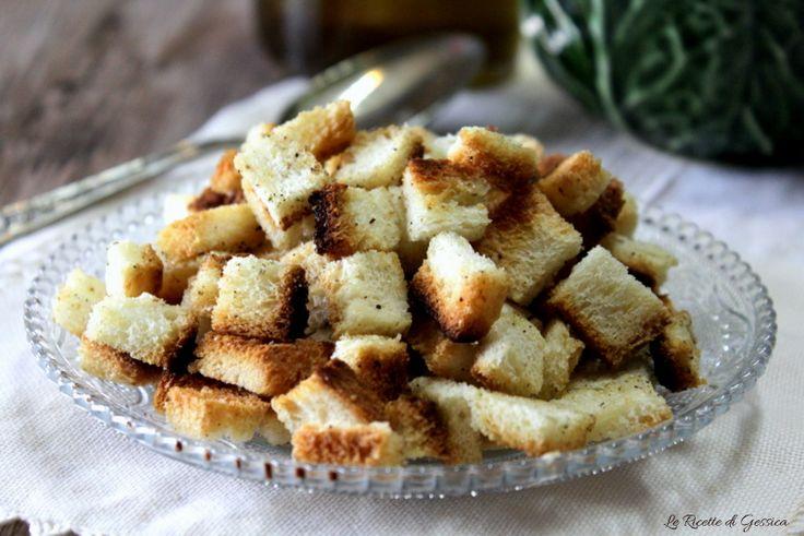 Ricetta per scoprire come preparare in casa facilmente i crostini di pane croccanti per minestroni vellutate insalate brodi. Cotti in padella o al forno.