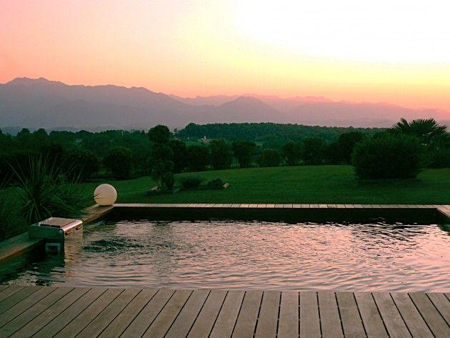 piscine avec un couch de soleil on remarque que la terrasse qui l 39 accompagne d 39 un cot. Black Bedroom Furniture Sets. Home Design Ideas
