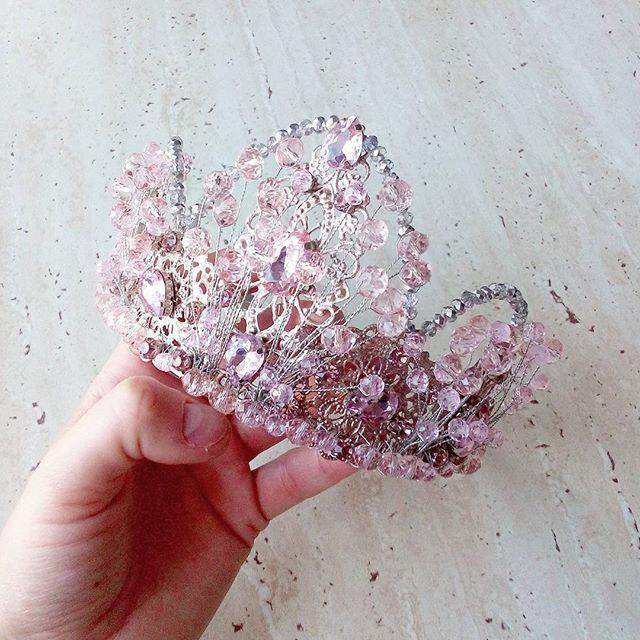 Понедельничье утро😄 У меня неделя начинается с подготовки к конкурсу красоты в Днепре. Готовлю короны победительницам💎Эта корона в наличии для продажи и аренды на ваши съемки и мероприятия😉 #horchakova #horchakovajewellery #necklace #accessories #madeinukraine #girl #beauty #ukrainianbrand #ukrainiandesigner #украшенияручнойработы #украшенияназаказ #украшения #аксессуары #бижутерия #shoot #tiara #crown #queen #pink #followme