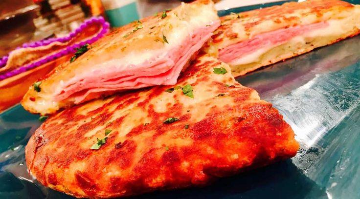Tortilla de papas rellena con jamón y mozzarella