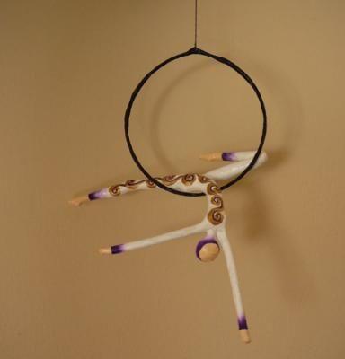 acrobata aerea en lira o aro figura, colgante papel cartapesta