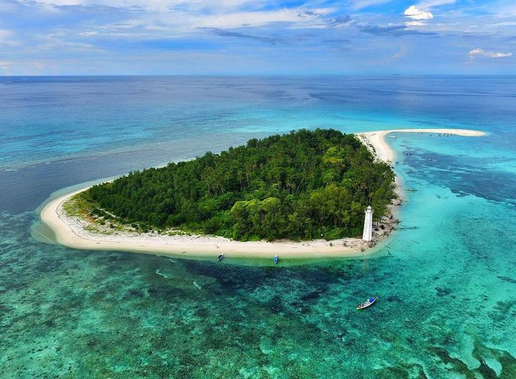 A beautiful private island in Makassar, Lanjukang Island, Indonesia  Photo by: IG @ilhamarch