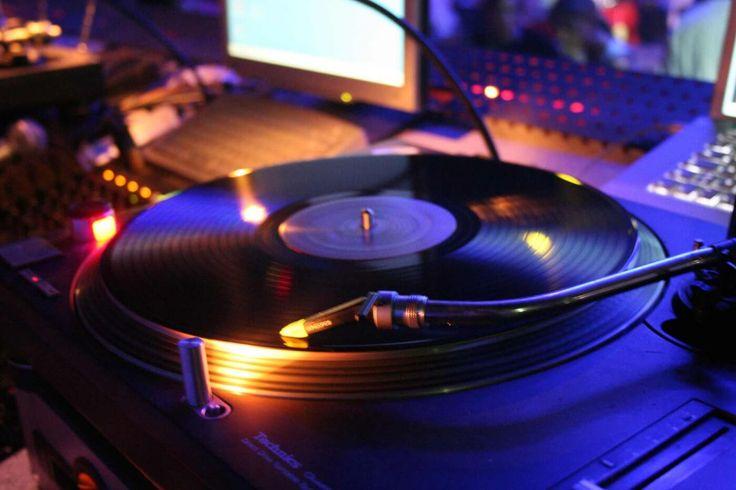 Hochzeitsmusik vom Hochzeit DJ: Der Hochzeits-DJ kann die Musik genau an die Stimmung anpassen und einfach auf Musikwünsche eingehen. Er hat im Idealfall alle Stilrichtungen im Repertoire und kann zeitlich unbegrenzt spielen. Einige DJs haben eine eigene Lichtanlage mit Discokugel, bunten Scheinwerfern, Schwarzlicht, Nebelmaschine  und Co. – das kann natürlich ein großer Vorteil für eure Partystimmung sein.