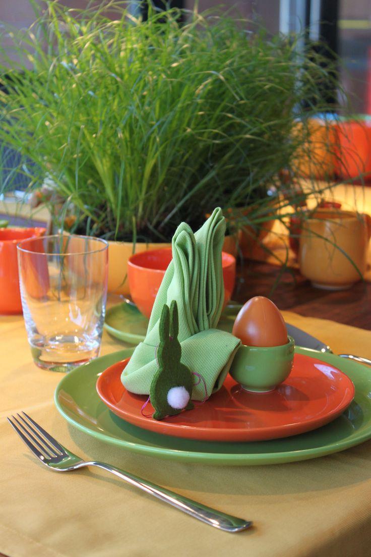 Hasenserviette Oster-Tischdekoration mit Happymix Steingutgeschirr in grün, orange und gelb von Friesland Porzellan