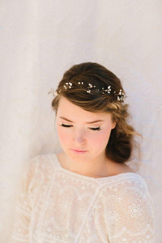 O véu é um acessório lindo, mas, dependendo do estilo e do desejo da noiva, pode ser dispensado. A headband pode ser uma excelente alternativa e é encontrada em diversos estilos e materiais. A noiva que opta pelo estilo boho chic combina muito com uma headband larga de renda. http://www.minhafilhavaicasar.com/acessorio-noiva-headband/