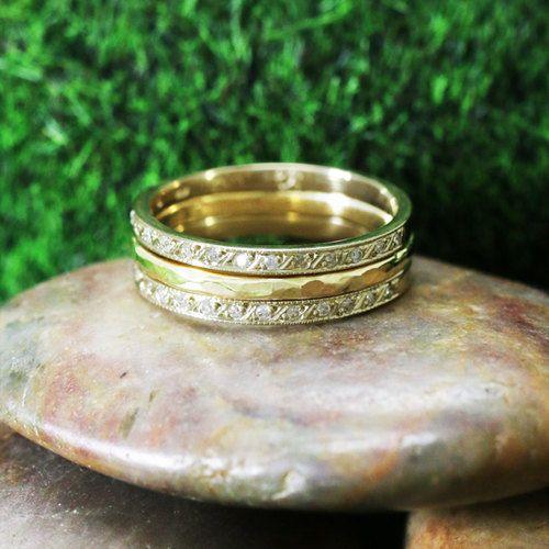 Stapelbare ringen zijn zo chique! Zodat u de grenzen van accessorizing testen, kunt u zo veel verschillende looks met deze set te creëren.    Diamond: 0.16CTW  Kleur: F-G  Duidelijkheid: VS2-SI2  14K Yellow Gold: 4,6 g    Markt Retail Prijs: $ 1,830.00    Kopen ze individueel:    https://www.etsy.com/listing/202253657/diamond-and-solid-14k-yellow-band?    https://www.etsy.com/listing/202239868/hammered-solid-14k-yellow-gold-band?ref=shop_home_active_10      Hand Crafted in VS
