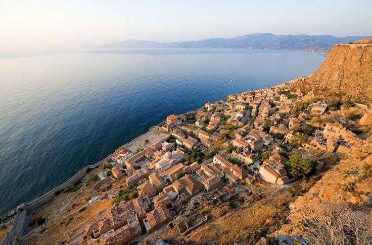 Это город, расположенный на греческом острове, до сих пор сохранил свои средневековые стены и являлся византийским городом-крепостью. Название Монемвасия (Греция) переводится с греческих слов «Мони» и «Эмвасиа», что означает «один вход». На острове действительно один вход — дамба, соединяющая его с Балканским полуостровом.
