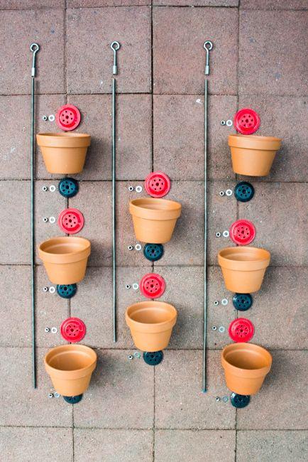 Echa un vistazo a esta idea que te proponemos y transforma tus macetas en un jardín vertical de una manera fácil y rápida