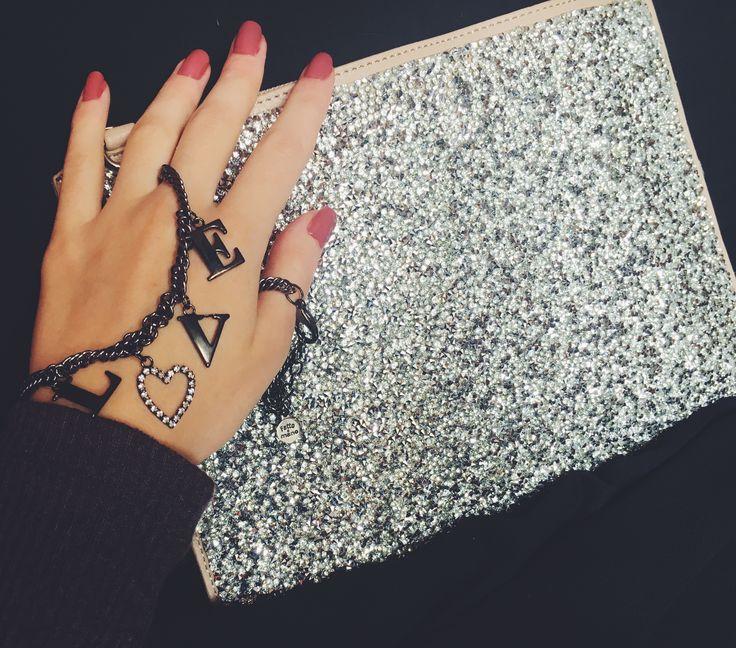 Pochette a busta con applicazioni in strass e ''Love'' necklace  #Rosavelvet #shoponline #madeinitaly #borsa #bag #fashionbag #trend #musthave #collana #necklace #love #shiny #sparkling #bijoux #costumejewelry #bigiotteria